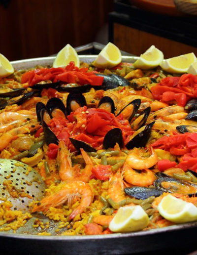 paella-group-food-oasis-hostels-backpackers