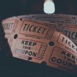 Uma foto de um rolo de bilhetes de cinema