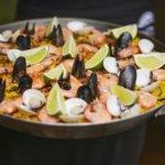 Uma grande frigideira com muitos frutos do mar diferentes
