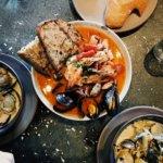 Un piatto spagnolo caldo con pane e frutti di mare